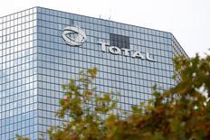 Total a démarré la production de gaz et de condensats de son projet de Termokarstovoye, dans le nord de la Sibérie, le premier d'une série menée avec le russe Novatek. Le groupe français détient 18% du deuxième producteur russe de gaz. /Photo d'archives/REUTERS/Charles Platiau