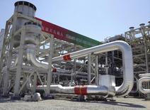 Газоперерабатывающий завод на месторождении Галкыныш в Туркмении. 4 сентября 2013 года. Туркмения надеется на рост иностранных вложений в нефтегазодобычу в своем секторе Каспия до $3,0 миллиарда в этом году по сравнению с $2,5 миллиарда в 2014-м, сообщил чиновник правительства. REUTERS/Marat Gurt