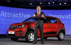 Le PDG de Renault, Carlos Ghosn, lors du lancement de la Kwid à Chennai. Renault a présenté sa voiture ultra low cost destinée aux marchés internationaux, la citadine Kwid, qui sera commercialisée en Inde au second semestre de cette année autour de 5.000 euros. La voiture sera fabriquée presque entièrement en Inde. /Photo prise le 20 mai 2015/REUTERS/Stringer
