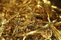 Золотые украшения на заводе 'Oegussa' в Вене. 23 октября 2012 года. Цены на золото стабилизировались после снижения во вторник, вызванного укреплением доллара накануне выхода протокола апрельского совещания ФРС. REUTERS/Heinz-Peter Bader