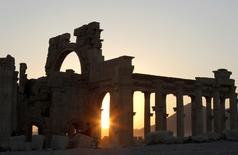 Vestiges de la cité antique de Palmyre, classée au patrimoine mondial de l'Unesco, à environ 240 km au nord-est de Damas. Les combattants de l'État islamique se sont emparés d'environ un tiers de la cité antique de Palmyre, en Syrie, selon l'Observatoire syrien des droits de l'homme (OSDH). /Photo d'archives/REUTERS/Khaled al-Hariri