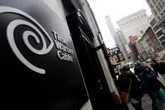 Time Warner Cable est l'une des valeurs à suivre mercredi sur les marchés américains. Altice reste intéressé par un rachat du câblo-opérateur et l'acquisition annoncée de Suddenlink ne change pas sa position, selon une source proche du dossier. /Photo d'archives/REUTERS/Joshua Lott