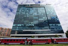 """Vista general del edificio de Pacific Rubiales con el tren turístico """"La Sabana"""" en Bogotá, 8 de marzo de 2015. Desconocidos incendiaron vehículos y bloquearon el martes por varias horas la vía de acceso a los campos petroleros Rubiales y Quifa, de propiedad de Ecopetrol <ECO.CN> y operados por la canadiense Pacific Rubiales <PRE.TO> en el sureste de Colombia, en medio de una violenta protesta, informaron las empresas. REUTERS/José Miguel Gómez"""