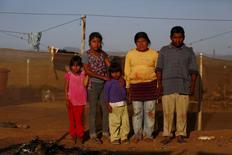 """El jornalero Genaro Perfecto y su esposa Cecilia Feliciano posan para una fotografía en San Quintín, México, abr 1 2015. Mientras las exportaciones de los cotizados frutos rojos de México se han disparado en los últimos años y el país hace gala de competitividad, las míseras condiciones de vida de miles de campesinos que los cosechan se han vuelto un polvorín social.  REUTERS/Edgard Garrido  FOTOGRAFÍA 18 DE 27 DE LA HISTORIA """"FRUITS OF WRATH"""" EN WIDER IMAGE Y """"MEXICO-JORNALEROS"""". PARA OBTENER TODAS LAS IMÁGENES BUSCAR BAJO """"GARRIDO WRATH"""""""