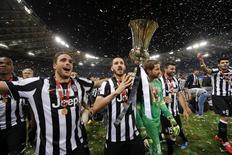 Jogadores da Juventus comemoram título da Copa Itália após vitória na final sobre a Lazio. 20/05/2015 REUTERS/Giampiero Sposito