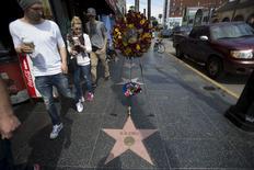 Pessoas observam estrela de B.B. King na Calçada da Fama em Los Angeles. 15/5/2015.  REUTERS/Mario Anzuoni
