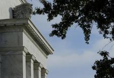 Здание ФРС США в Вашингтоне. 28 октября 2014 года. Руководители Федеральной резервной системы США сочли преждевременным повышение ставок в июне, даже несмотря на то, что большинство из них ожидает восстановления американской экономики после слабого старта в начале года, свидетельствует протокол апрельского заседания центробанка. REUTERS/Gary Cameron