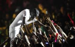 Hip hop artist Akon shakes hands with fans as he performs at the St Lucia Jazz and Arts Festival at Pigeon Island National Landmark, May 11, 2013. REUTERS/Andrea De Silva