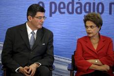 El ministro de Hacienda de Brasil, Joaquim Levy, junto a la presidenta Dilma Roussef, participan en una ceremonia en el Palacio Planalto, en Brasilia, 18 de mayo de 2015. La presidenta brasileña Dilma Rousseff rechazó el jueves los llamados de algunos legisladores del Partido de los Trabajadores para que el ministro de Hacienda renuncie y dijo que se mantendrá en el cargo. REUTERS/Ueslei Marcelino