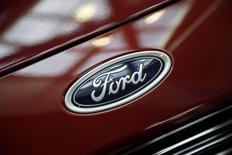 El logo de Ford en un vehículo en exhibición en la feria automotriz de Los Angeles, nov 18 2014. Ford Motor Co prevé que el crecimiento de sus ventas corporativas en la próxima década provendrá de la región de Asia Pacífico, pese a una reciente caída en la demanda de autos en China, dijo el jueves un ejecutivo de alto nivel. REUTERS/Lucy Nicholson