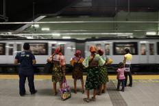 Mujeres indígenas Guna Yala, esperan por el nuevo metro en Ciudad de Panamá, 10 de abril de 2014. El Gobierno panameño dijo el jueves que suspendió una licitación para la construcción de la segunda línea del metro de la capital del país ante el reclamo de uno de los postores del proyecto de más de 1,800 millones de dólares. REUTERS/ Carlos Jasso