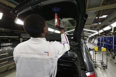 PSA Peugeot Citroën pourrait annoncer prochainement un projet d'usine au Maroc, a-t-on appris vendredi auprès d'une source proche du groupe, et jeter son dévolu sur la zone franche de Kenitra. /Photo prise le 29 avril 2015/REUTERS/Benoît Tessier