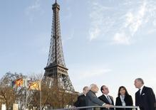 Autoridades conversam perto da Torre Eiffel em Paris.  10/4/2015.  REUTERS/Benoit Tessier