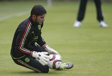 Goleiro do México, José de Jesús Corona, durante treino, na Cidade do México. 22/05/2015 REUTERS/Edgard Garrido