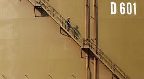 Рабочий в турецком порту Джейхан 19 февраля 2014 года. Цены на нефть вернулись к снижению после роста в начале сессии на фоне возросшего спроса в Азии и начала сезона автопутешествий в США. REUTERS/Umit Bektas