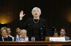 Глава ФРС Джанет Йеллен в Сенате 14 ноября 2013 года. Федеральный резерв США готов поднять ставки в этом году по мере того, как экономика страны оправляется от не очень удачного первого квартала, а сдерживающие рост факторы в стране и за рубежом постепенно сходят на нет, сказала глава центробанка США Дженет Йеллен в пятницу. REUTERS/Jason Reed