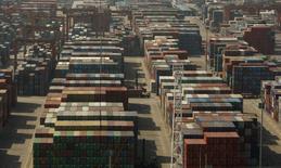 Контейнеры в терминале в Шэньчжэне 25 ноября 2008 года. Китай снизит торговые пошлины на потребительские товары, включая средства для ухода за кожей, одежду и подгузники, что может стимулировать внутреннее потребление в условиях замедления экономического роста. REUTERS/Bobby Yip
