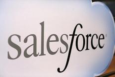 """El logo de Salesforce, visto durante el evento anual de la compañía, Dreamforce, en San Francisco, California. 18 de noviembre de 2013. Microsoft Corp y Salesforce.com Inc sostuvieron """"negociaciones significativas"""" recientemente para acordar una fusión, pero no llegaron a cerrar un acuerdo por diferencias sobre el precio de la operación, informó CNBC citando a personas familiarizadas con la situación. REUTERS/Robert Galbraith"""