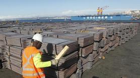 Un trabajador revisa un cargamento de cobre de exportación a Asia en el puerto de Valparaíso, ene 25 2015. El comercio en América Latina y China se expandirá a un ritmo inferior en los próximos años debido a las menores tasas de crecimiento de la economía del gigante asiático y la región, reveló el lunes un informe de la CEPAL. REUTERS/Rodrigo Garrido