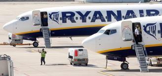 Самолеты Ryanair в аэропорту Жироны 20 сентября 2012 года. Прибыль авиаперевозчика Ryanair выросла на 66 процентов за финансовый год благодаря росту пассажиропотока, почти в три раза превысившему целевой показатель после улучшения уровня обслуживания и снижения цен. REUTERS/Albert Gea