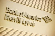 Logo de la compañía Banco de América Merrill Lynch, en una oficina en Hong Kong, 8 de marzo de 2013. Bank of America Merrill Lynch prevé que los precios del petróleo Western Texas Intermediate (WTI) suban en las próximas semanas, impulsados por la caída en las existencias en el punto de distribución Cushing, en Estados Unidos, junto a una decreciente producción en las arenas petrolíferas de Canadá. REUTERS/Bobby Yip