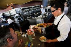 Una camarera sirviendo a los clientes en Norms Diner, en La Cienaga Boulevard, en Los Angeles, California, 20 de mayo de 2015. La expansión del sector servicios de Estados Unidos se moderó en mayo por tercer mes consecutivo, según mostró el martes un informe de la firma Markit. REUTERS/Patrick T. Fallon