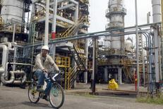 Imagen de archivo de un trabajador en la refinería de petróleo de Cartagena, Colombia, ago 24 2006. La colombiana Ecopetrol realizará inversiones anuales estimadas en 6.000 millones de dólares hasta el 2020, enfocadas en alcanzar una producción que supere los 870.000 barriles diarios de petróleo equivalentes e incorporar 1.700 millones de barriles en reservas, informó el martes la empresa. REUTERS/Fredy Builes