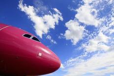 Самолет Wizz Air в аэропорту Будапешта. 10 июля 2014 года. Бюджетный авиаперевозчик Wizz Air нарастил прибыль за год на 67 процентов и сообщил в среду, что уверен в дальнейшем росте показателя в нынешнем году по мере расширения деятельности. REUTERS/Bernadett Szabo