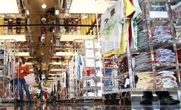 Le gouvernement japonais a, pour la première fois en dix mois, revu à la hausse son appréciation de la consommation des ménages tout en laissant inchangé son point de vue sur l'économie dans son ensemble. /Photo d'archives/REUTERS/Yuya Shino