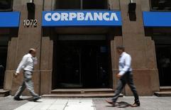 Personas caminan frente a una oficina de CorpBanca en el centro de Santiago, 29 de enero de 2014. El banco chileno Corpbanca fijó para el próximo 26 de junio una junta de accionistas para votar sobre la fusión con su par brasileño Itaú. REUTERS/Ivan Alvarado