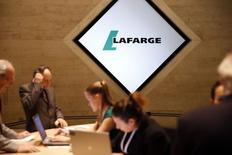 Lafarge réunira le 9 juin son observatoire des métiers pour déterminer les ajustements d'effectifs qu'il compte réaliser par secteurs d'activité dans les trois prochaines années. /Photo prise le 7 mai 2015/REUTERS/Benoît Tessier