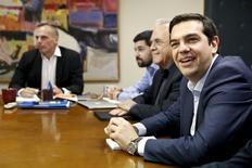 Le Premier ministre grec Alexis Tsipras (à droite) et des membres de son gouvernement, à Athènes. La Grèce et ses créanciers ont entamé au niveau des hauts fonctionnaires la rédaction d'un projet d'accord qui n'inclura aucune réduction des salaires et des pensions de retraite. /Photo prise le 27 mai 2015/REUTERS/Alkis Konstantinidis
