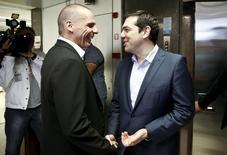 El ministro de finanzas griego, Yanis Varoufakis, recibe al primer ministro de Grecia, Alexis Tsipras, durante una reunión en el ministerio, en Atenas, Grecia, 27 de mayo de 2015. Grecia y sus acreedores de la zona euro comenzaron a redactar un acuerdo de nivel técnico que incluirá más recortes de salarios y pensiones, dijo el miércoles un funcionario del Gobierno en Atenas. REUTERS/Alkis Konstantinidis