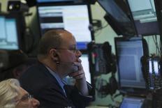 Трейдеры на торгах Нью-Йоркской биржи 13 февраля 2014 года. Фондовые рынки США завершили торги среды значительным ростом, а Nasdaq при закрытии обновил исторический максимум благодаря технологическим компаниям, здравоохранению и оптимизму рынка по поводу Греции. REUTERS/Brendan McDermid