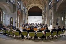 Los participantes de la cumbre de ministros de Finanzas y banqueros centrales del G7 en Dresden, Alemania, mayo 28 2015. Los jefes de las finanzas del Grupo de Siete países industrializados coincidieron en que la reciente volatilidad en el mercado de bonos no es un motivo de preocupación, dijo una fuente de la delegación alemana.   REUTERS/Thomas Koehler/photothek/BMF/Pool
