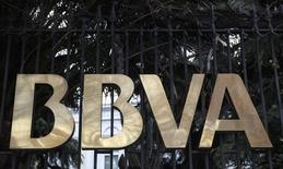 El logo del banco español, BBVA, en Madrid, 4 de febrero de 2015. El banco BBVA Bancomer, unidad en México del español BBVA, dijo el jueves que nombró como su nuevo director general a Eduardo Osuna, hasta ahora responsable de su banca de empresas y Gobierno, en sustitución de Vicente Rodero. REUTERS/Andrea Comas