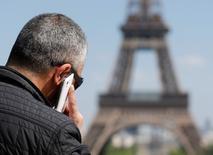 Les prix des abonnements à la téléphonie mobile ont baissé de 13,5% en France l'an dernier, un recul qui s'est cependant tassé après la diminution de 25,6% observée en 2013, selon le baromètre par l'Autorité des télécoms (Arcep). /Photo d'archives/REUTERS/Christian Hartmann