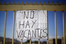 Un cartel de cupos laborales copados, en una obra de construcción en Santiago, Chile, 10 de noviembre de 2014. El desempleo en Chile se mantuvo en un 6,1 por ciento en el trimestre móvil febrero-abril, en medio de una menor presión de personas que buscan trabajo, dijo el viernes una agencia gubernamental. REUTERS/Ivan Alvarado
