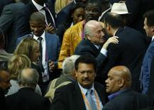 Blatter é cumprimentado após vencer eleição na Fifa.  29/5/2015.   REUTERS/Ruben Sprich