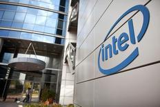 Intel  rachète son concurrent Altera pour environ 16,7 milliards de dollars (15,25 milliards d'euros), une acquisition qui vise entre autres à le renforcer dans le segment des processeurs destinés aux centres de données. /Photo d'archives/REUTERS/Nir Elias