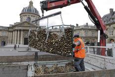 Funcionário retirando cadeados na Pont des Arts, em Paris.    01/06/2015    REUTERS/Philippe Wojazer