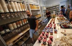 Clientes caminan dentro de la tienda Original Unverpackt, en Berlín, 16 de septiembre de 2014. Los precios al consumidor de Alemania armonizados con la Unión Europea subieron a una tasa anual mayor a la esperada de 0,7 por ciento en mayo y se mantuvieron por encima de cero por tercer mes consecutivo, mostraron datos preliminares el lunes. REUTERS/Fabrizio Bensch