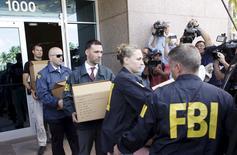 Agentes do FBI retiram documentos da sede da Concacaf em Miami Beach, Flórida. 27/5/2015 REUTERS/Javier Galeano