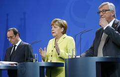 "German Chancellor Angela Merkel, French President Francois Hollande (L) and European Commission President Jean-Claude Juncker make statements to the media before a meeting with top company executives at ""European Roundtable of Industrialists"" in the Chancellery in Berlin, Germany, June 1, 2015. REUTERS/Hannibal Hanschke"