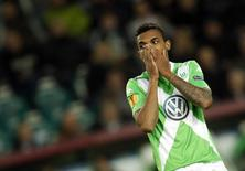 Luiz Gustavo, do clube alemão Wolfsburg, durante partida contra o Napoli.   16/04/2015    REUTERS/Ina Fassbender