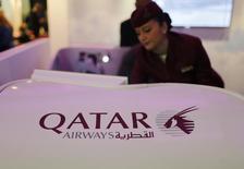 Comissária de bordo da Qatar Airways durante exibição em Dubai.  06/05/2015   REUTERS/Ahmed Jadallah