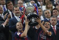 Xavi e Iniesta levantam a taça da Copa do Rei conquistada pelo Barcelona no sábado. 30/05/2015 REUTERS/Albert Gea