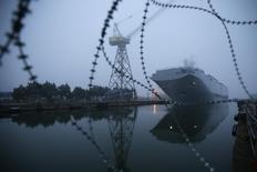 """Вертолетоносец """"Владивосток"""" на верфи в Сен-Назер 25 ноября 2014 года. Трения между Западом и Россией по поводу Украины заблокировали сделку, в рамках которой Москва собиралась приобрести два построенных по ее заказу корабля класса Mistral. REUTERS/Stephane Mahe"""