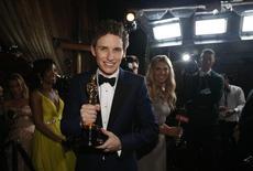 Eddie Redmayne com Oscar de melhor ator 22/2/2015  REUTERS/Mario Anzuoni