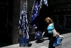A Athènes. La Commission européenne, la Banque centrale européenne et le Fonds monétaire international ont bouclé un projet d'accord qu'ils soumettront au gouvernement grec, a déclaré mardi un haut responsable de l'Union européenne. Il n'était pas clair dans l'immédiat si le gouvernement d'Alexis Tsipras allait accepter le projet d'accord. /Photo prise le 25 mai 2015/REUTERS/Alkis Konstantinidis